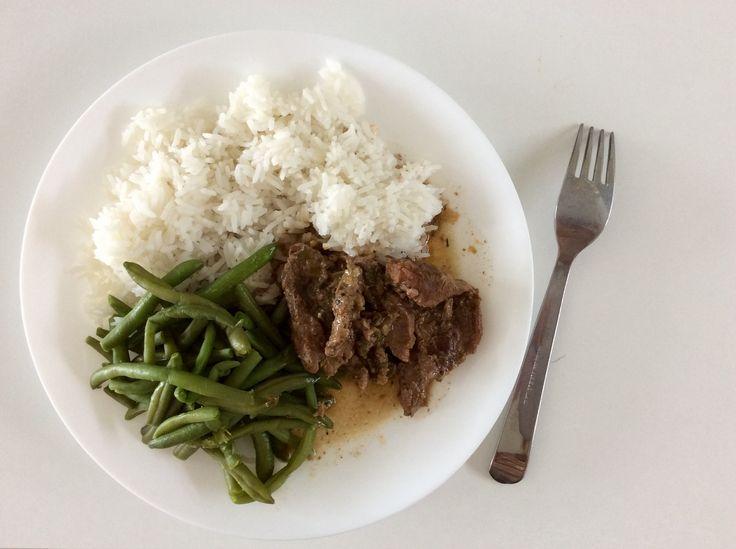 Dančí maso dušené na cibuli a novém koření, zelené fazolky a rýže