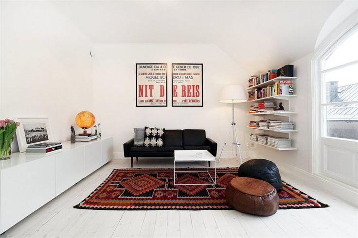 Kelim, läder och vita golv.