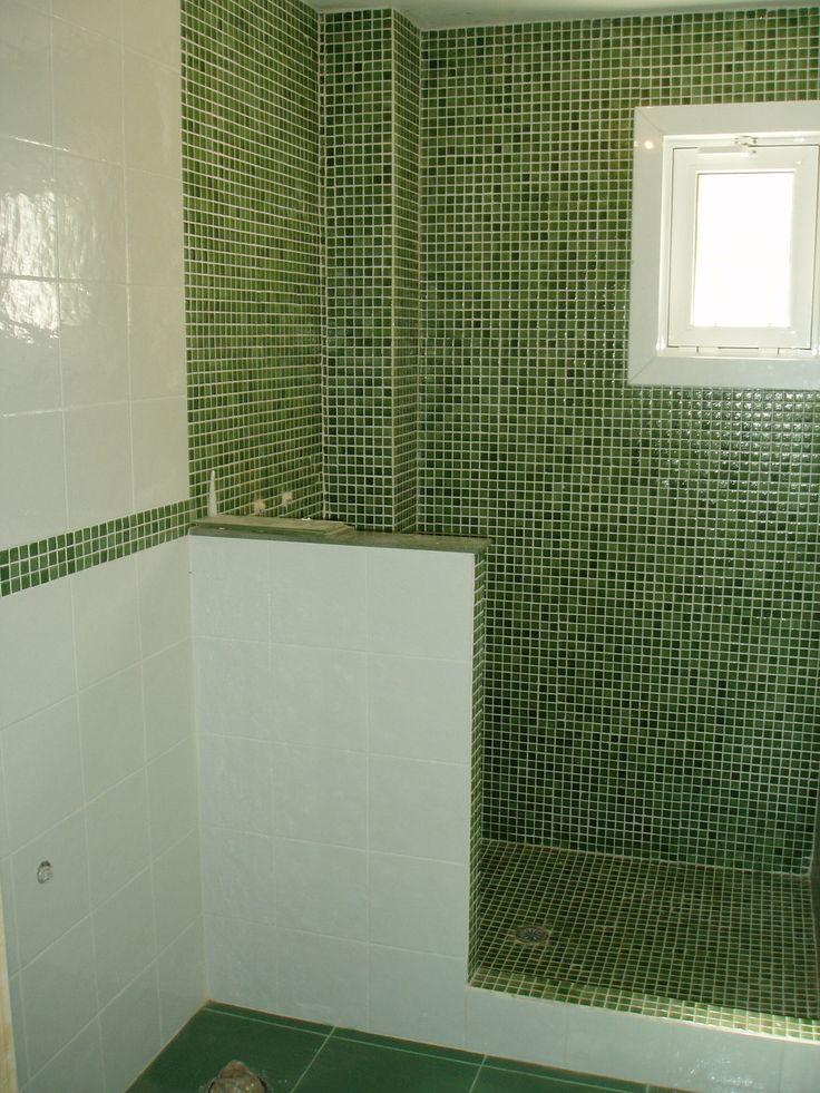 bao gresite verde en combinacin con azulejo blanco reforma detalle ducha de obra