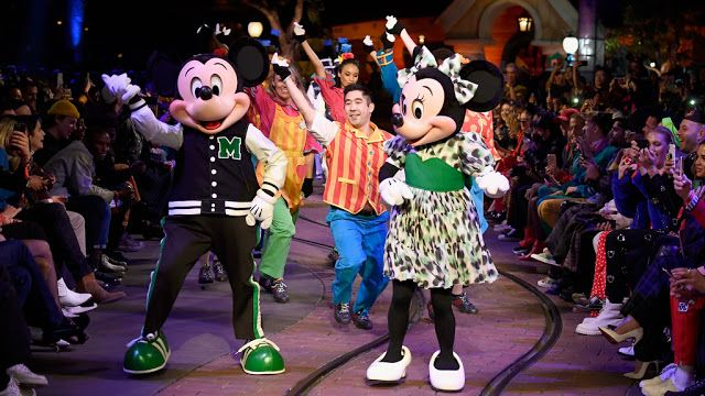Opening Ceremony presentó su colección primavera 2018 y su colaboración con Disney inspirada en Mickey Mouse como True Original   El evento que se realizó en Disneyland marcó el inicio de las celebraciones mundiales con motivo del 90 aniversario del personaje más emblemático de Disney  Anaheim California 8 de Marzo de 2018. En un impactante desfile titulado The Happiest Show on Earth que se llevó a cabo en los icónicos parques de Disneyland en Anaheim inspirado en la personalidad de Mickey…