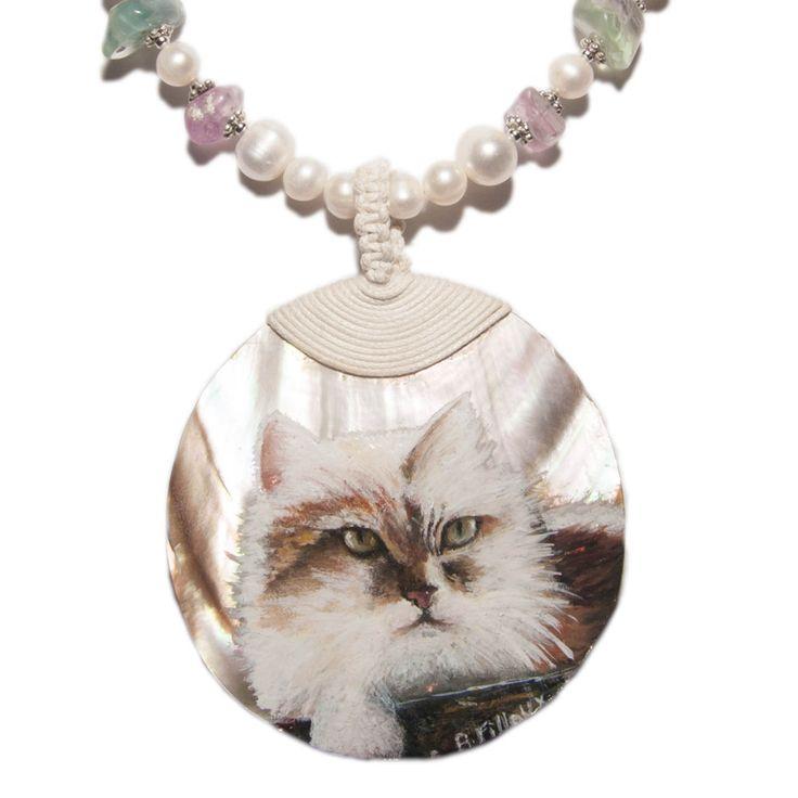 Collier orné de perles de culture, de perles en fluorite et d'un grand pendentif en nacre sur laquelle j'ai peint un adorable chat à l'aquarelle