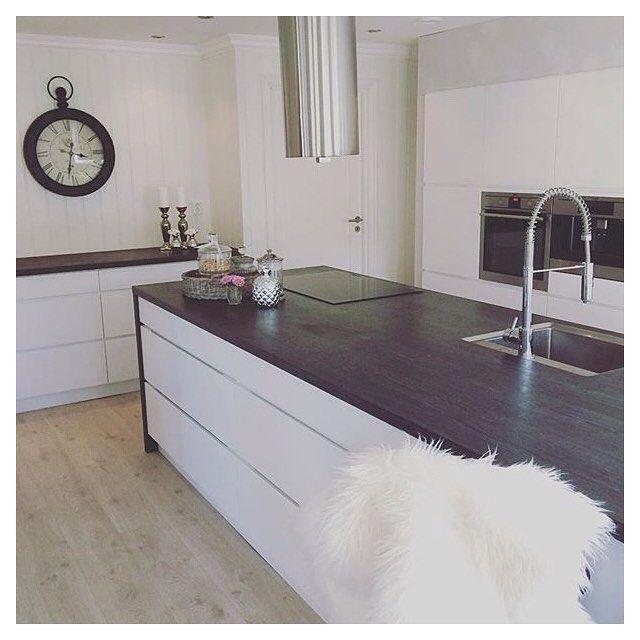 Create contrasts in your kitchen  A dark worktop is a nice choice for a white Mano kitchen. Cred: @cast1982_stabell  #kvikkitchen#manobykvik#kvik#kitchen#whitekitchen