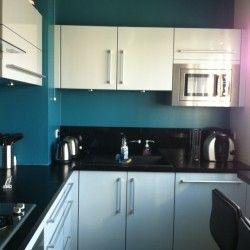 cuisine avec mur bleu canard et touches de rouge. helen and ...