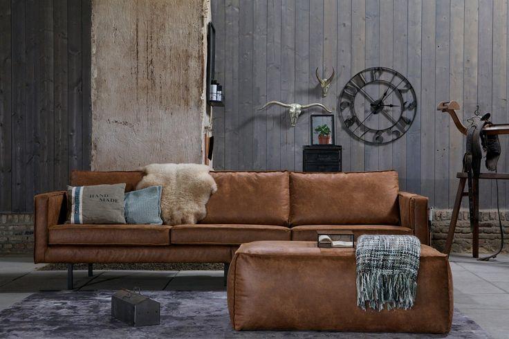 Tøff skinnsofa i lys brun med stål ben - som passer inn i mange hjem. Vår favoritt og bestelger. Mål: H 78 x L 274 x D 87 cm Materiale: Behandlet skinn