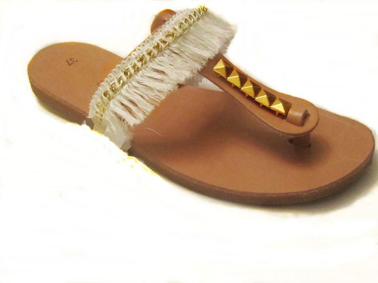 Εθνικ στυλ!! Δερμάτινο σανδάλι με εκρού κρόσια,χρυσή αλυσίδα και χρυσά τρουκς. Διατίθενται στα νούμερα 34-42. Τιμή 25 €. Ethnic style!! Leather sandals. Sizes 34-42. Price 25 euros.