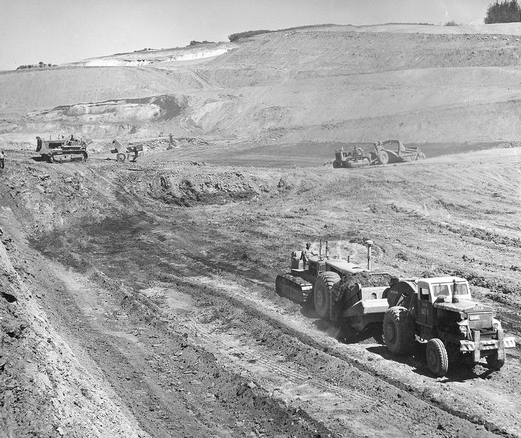There are three TD-24's in this photo taken at Huntly in 1958, all belonging to Dryden Construction. One push loads the Euclid 16TDT while another tows a LeTourneau K30 ripper. The other TD-24 returns to the cut with a Vickers-Onions 14-18 scraper