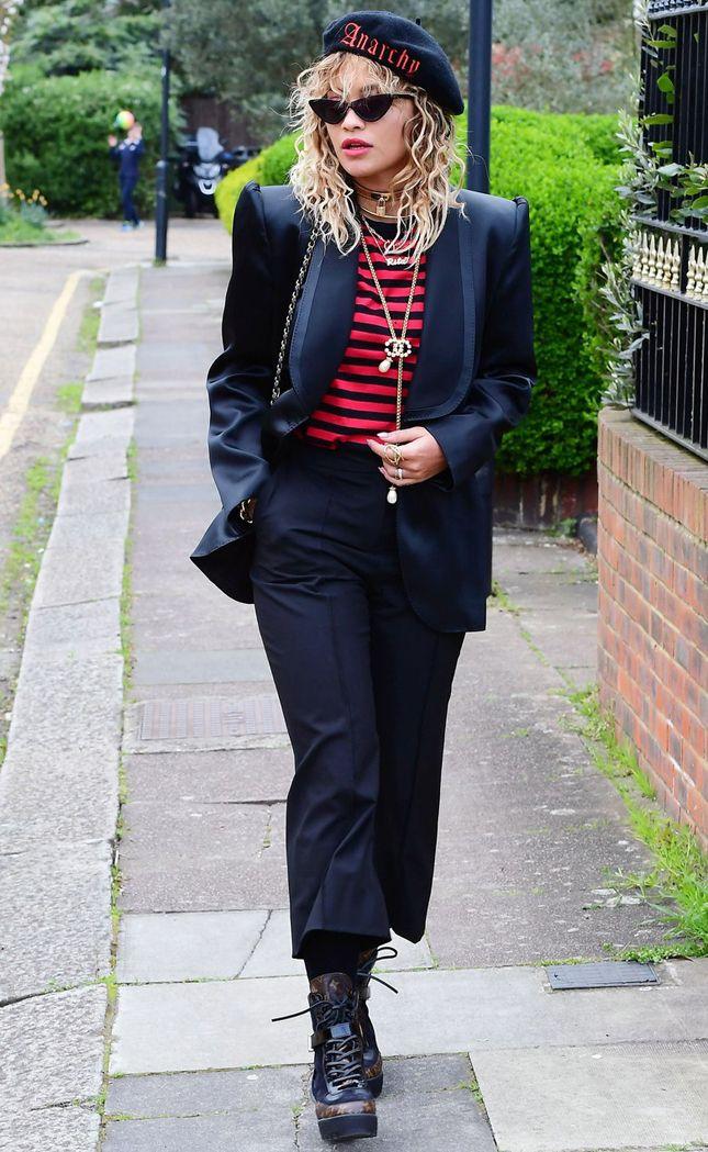 Рита Ора в берете Itchy Scratchy Patchy, ботильонах Louis Vuitton и с сумкой Chanel в Нью-Йорке