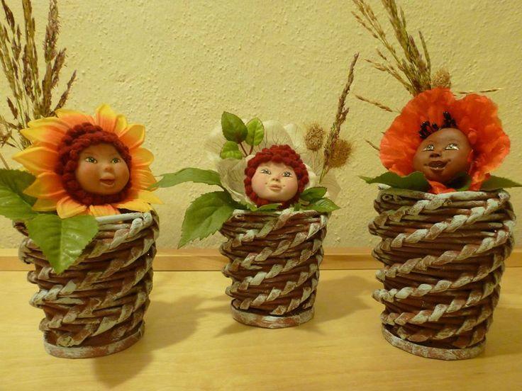 vasetto di cannucce, viso in fimo e cappelli di fiori finti...
