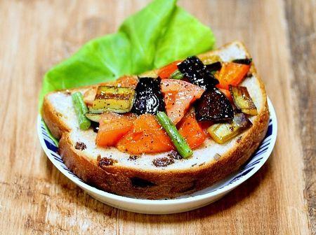 神戸屋さんの円熟 くるみ&レーズンを使って夏野菜たっぷりのオープンサンドを作っていました。  味付けは野菜の旨味を感じるように塩、黒胡椒、オリーブオイルのみで作りました