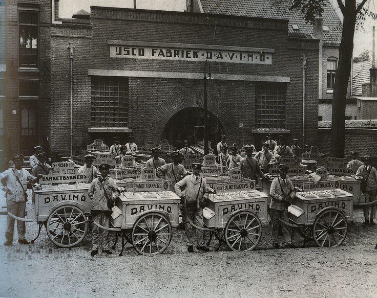 IJs verkopers in de jaren 30, nog met de handkar terwijl de motorbakfiets al bestond. Davino was een ijsfabriek in Nijmegen.