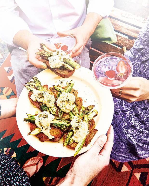 Bruschettas aux asperges grillées et burrata pour 4 personnes - Recettes Elle à Table