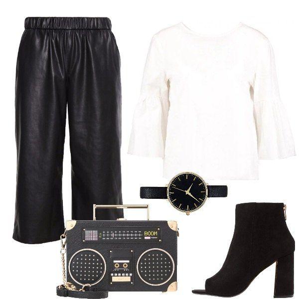 Se ami andare in discoteca ed essere alla moda nello stesso tempo, non puoi rinunciare a questi pantaloni neri, a questa maglia bianca e soprattutto a questa borsa meravigliosa.