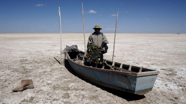 <p>21/01/2016/Reuters / David Mercado El Poopó, el segundo mayor lago del país, se ha secado, lo que ha causado el deceso de peces, flamencos y patos. Las familias de los pescadores se han visto obligadas a emigrar. El que fuera…</p>