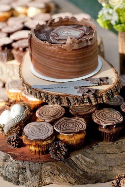 Esta forma de derretir y moldear chocolate con leche, negro y blanco es ideal para decoraciones rústicas. Chocolates en tu mesa de dulces. Imagen: Style Me Pretty.