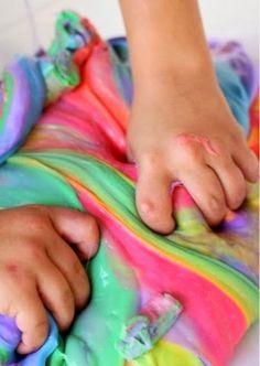 A geleca ou gosma pode ser feita com ingredientes encontrados fáceis de encontrar e com as cores que a criançada preferir.