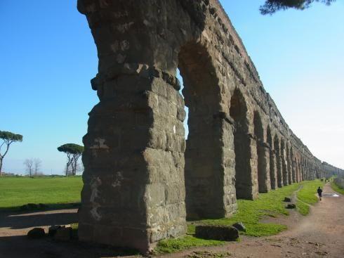 アッピア街道近くのクラウディオ水道橋 古代ローマ時代に使われた上下水道 イタリア