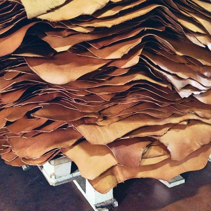 Vegetable tanned leather #ourfavorite #leatherlovers #leatherhandbag #brussosa  Pic from #ritamerlini