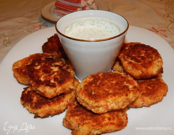 Котлеты из крабовых палочек со сметанным соусом. Ингредиенты: крабовые палочки, сыр, чеснок
