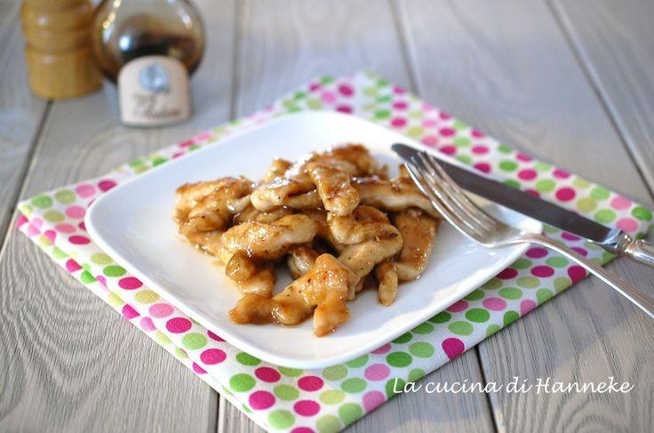 Il segreto della tenerezza di questi gustosi straccetti di pollo all'aceto balsamico? La maizena!