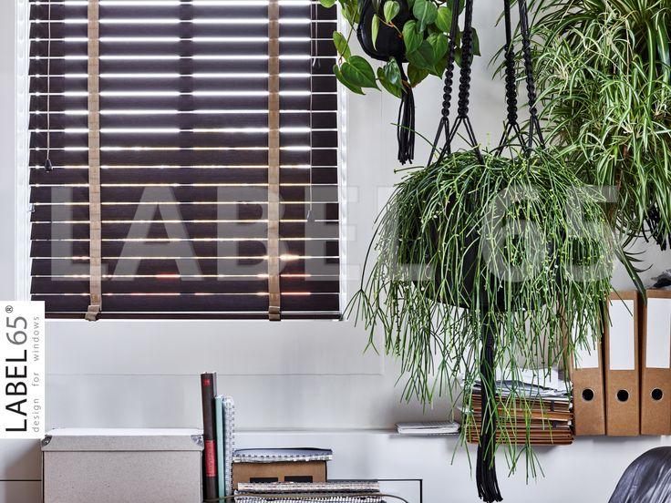 Prachtig donkere bamboe jaloezieen met een beige ladderband geven een natuurlijke tint in huis. Zeker naast deze prachtige hanging baskets! Ook zulke naturel jaloezieen? Kijk op https://www.houtenjaloezieenshop.nl/label-65tm-bamboe-jaloezie-50-mm.html