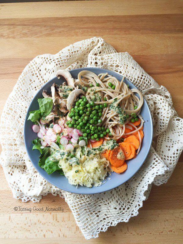 Spaghettis de riz complet, petits pois et ses crudités #vegan #sansgluten