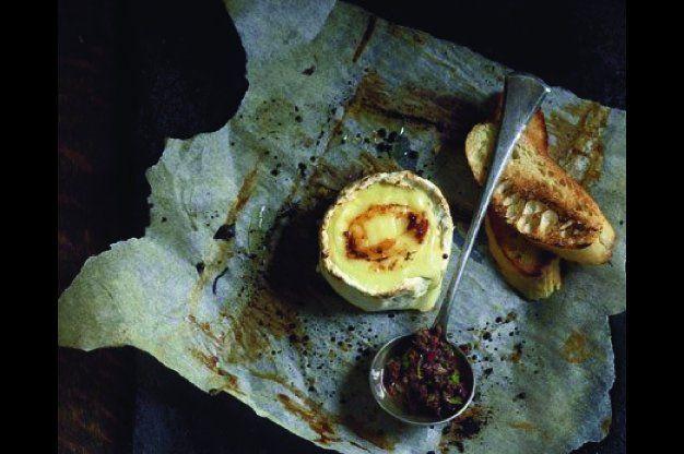 Olivová tapenáda s rozpečeným sýrem