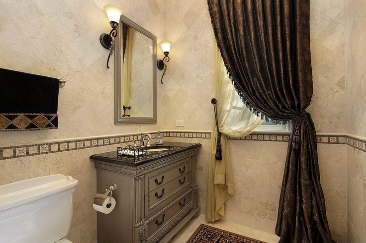 Gästetoilette mit großen dransein über Fenster und hölzerne Eitelkeit