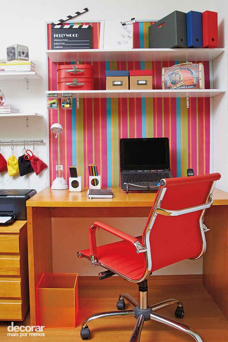 Revista Decorar Mais por Menos - Quer mudar a aparência do escritório? Basta fixar um painel com tecido tipo lona na parede. Uma misturinha de cola branca e água é o suficiente para mantê-lo no lugar!