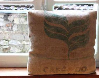 Coussin carré en toile de jute imprimée et coton vert anglais, déhoussable et lavable, 60 x 60 cm.