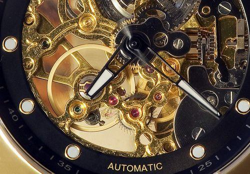 Гид по кварцевым и механическим часам  by Maks · Ноябрь 23, 2012 Кварцевыми часами называют часы, в которых кристаллы кварца выполняют функцию колебательной системы. Данная функция нужна для тактовой работы механизма часов. Это позволяет достичь долголетия механизма и его высокой точности.  Использование кристалла кварца в изготовлении часов, разрабатывалась специалистами с начала XX века. Однако, несмотря на это, данная идея воплотилась в жизнь только в 1969 году, а точнее в декабре. Самой…