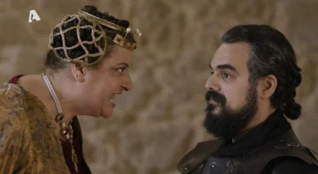 Ο Βασιλιάς Ιάκωβος προσκαλεί στην αίθουσα του θρόνου το συγκρότημα που έχει έρθει για μια ιδιαίτερη μουσική βραδιά, χωρίς όμως να γνωρίζει ότι πίσω από τις στολές βρίσκονται οι τρεις απόγονοι των ιπποτών του καλού Βασιλιά και ο καινούριος τους φίλος. Λίγο πριν την έναρξη του event επικρατεί αναστάτωση με τους ήρωές μας να βρίσκονται σε πανικό καθώς φοβούνται ότι θα αποκαλυφθεί η πραγματική τους ταυτότητα.