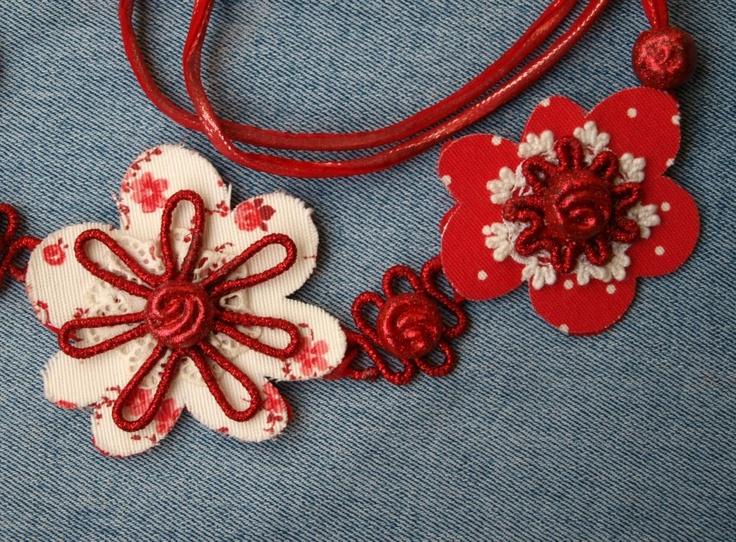 LUBNA  collana di fiori in tessuto e pizzo con elementi in filo metallico ricoperto di lurex e pasta modellabile
