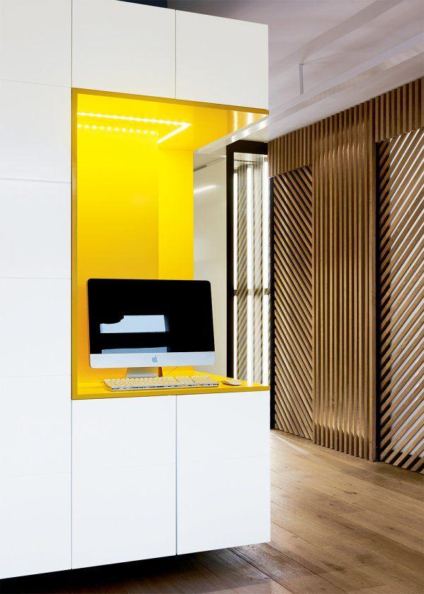 """<p style=""""text-align: justify;"""">Sobre et élégante, la chambre est séparée de la pièce à vivre par deux modules coulissants, un claustra laissant passer la..."""