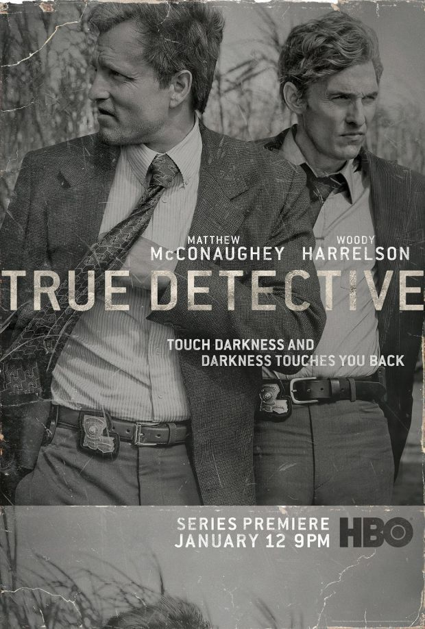 True detective – saison 1 'Nous sommes en 2012, dans la salle d'interrogatoire du commissariat d'une petite ville de Louisiane. Deux enquêteurs qu'on croirait évadés de Cold Case interrogent alternativement les agents Marty Hart (Woody Harrelson) et Rustin Cohle (Matthew Mc Conaughey) sur des faits vieux de 20 ans, soit au tout début des années 90.'