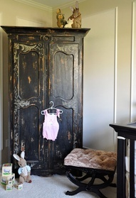 Now, that is Gorgeous!  Wonder if I can find something similar at a thrift store or yard sale?