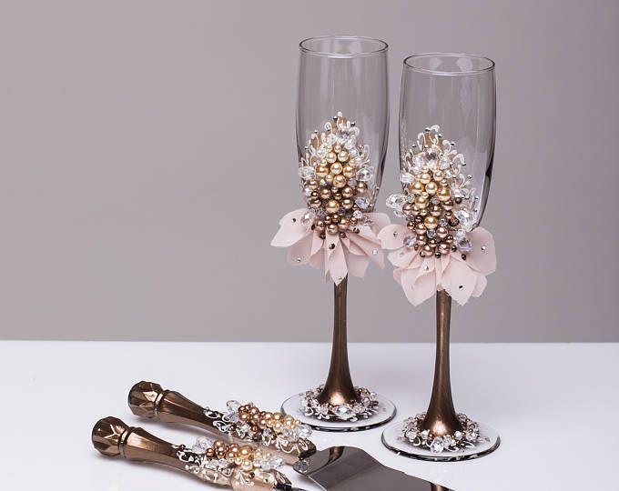Copas de boda y servidor de la torta flautas de champán y corte de tarta boda beige marrón tostado gafas Pearl boda copas de champagne