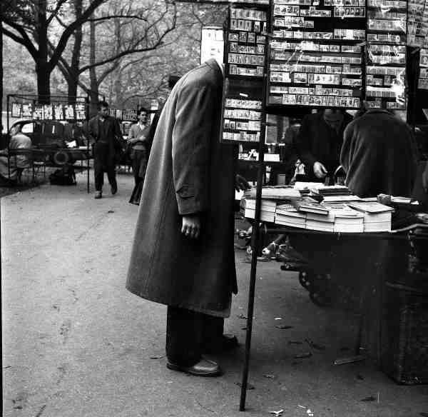 Philatéliste. Paris 1955. ¤Robert Doisneau