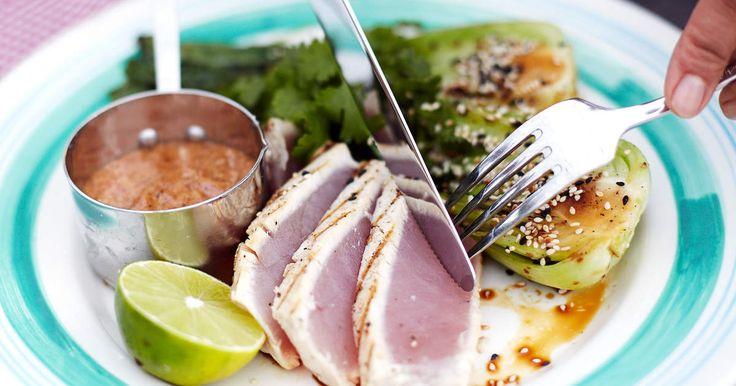 Halstrad tonfisk serveras med grillad pak choi och en underbar mandelsås. Hälsosam helgmat som du kan göra på grillen eller spisen.