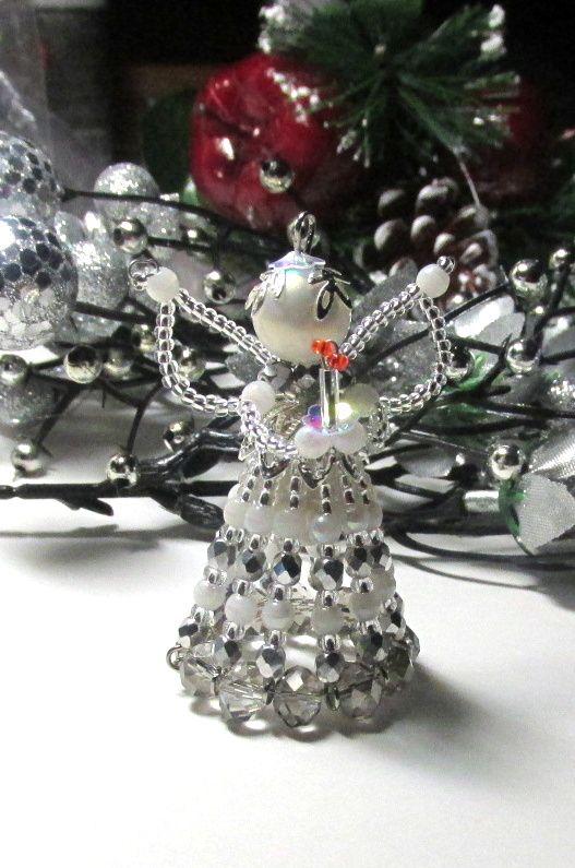 Vánoční andělíček. Andělíček vyrobený s perlicek, broušených korálků, drátku a ketlovacích jehel.Výška cca 6 x 5cm .Krásná dekorace nebo drobný dáreček pro přátele.
