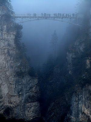 Día neblinoso en el Puente Mary, cerca del famoso Castillo de Neuschwanstein en Alemania.