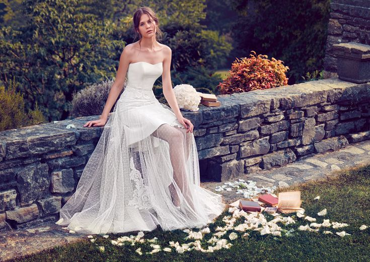 Blending romance and refined sophistication, this short wedding dress is completed by a lace and tulle skirt. See Giuseppe Papini 2016 bridal collection on www.giuseppepapini.com