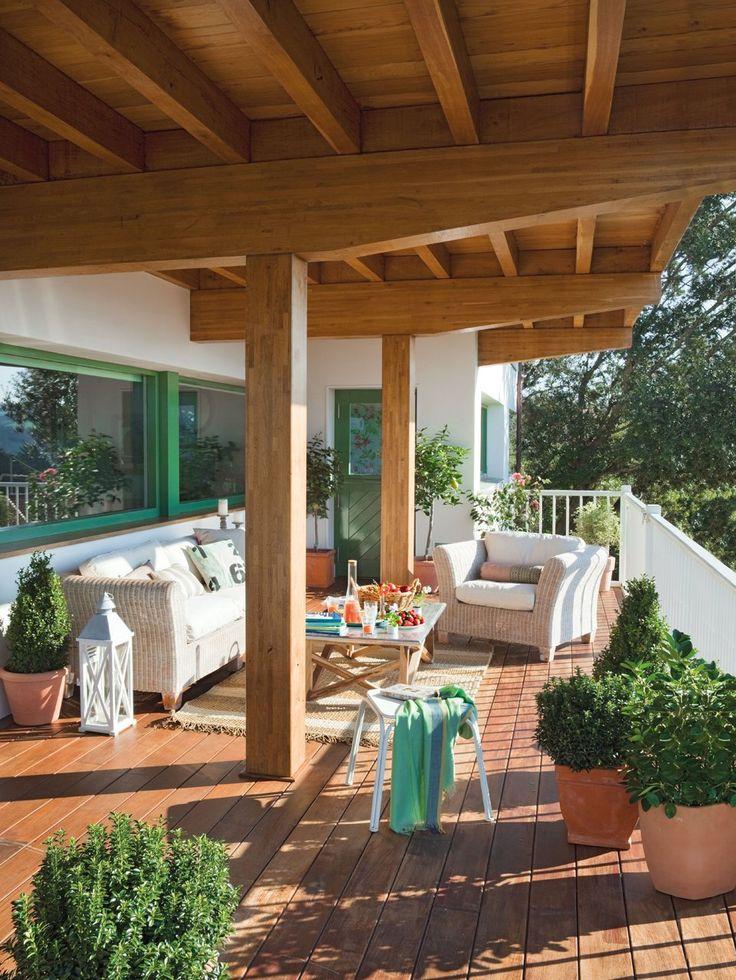 Exteriores en madera y verde puertas y ventanas se han for Muebles de terraza madera
