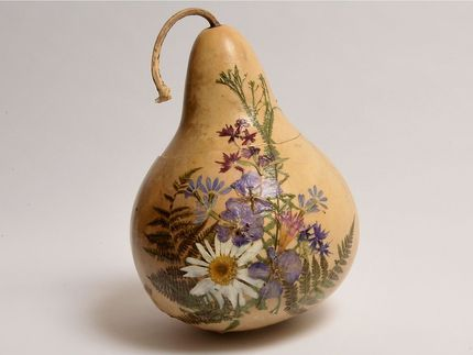 Ordinary gourds are so pretty with a little embellishment. Here, dried flowers are decoupaged to a gourd box.