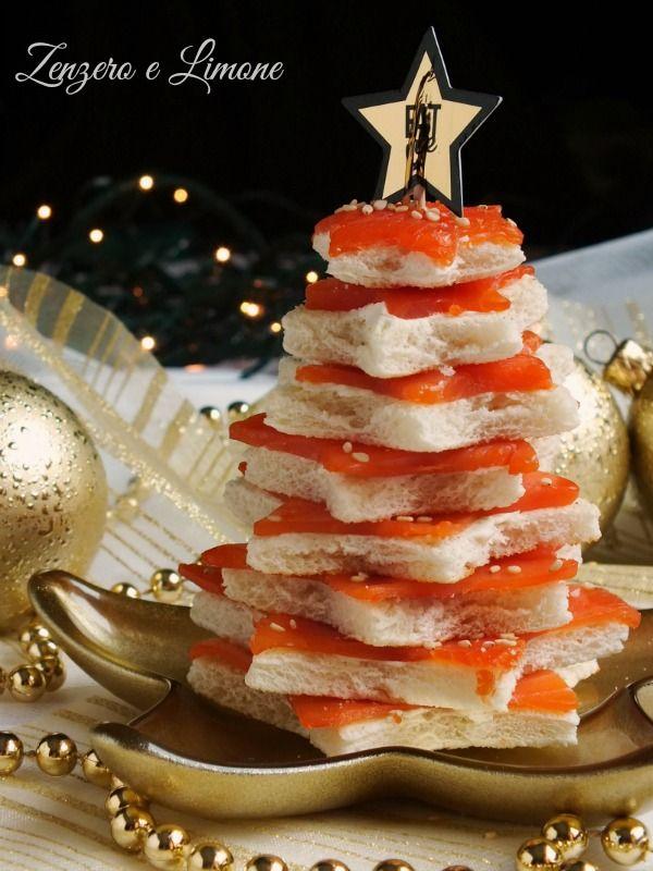 albero di Natale di crostini al salmone -