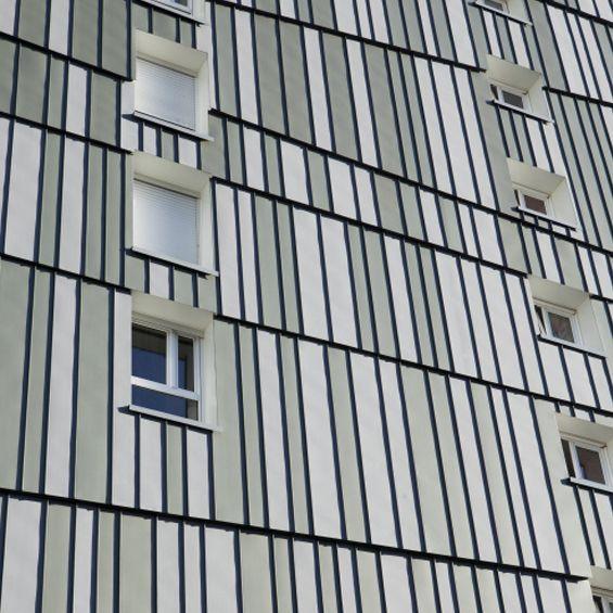 Nomade Architectes a réalisé la réhabilitation d'un grand ensemble dans la banlieue de Nantes. Les enjeux principaux étaient d'offrir un nouveau visage à la façade du bâtiment tout en assurant un nouveau confort thermique en phase avec les...