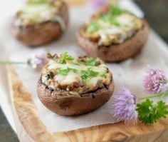 Gevulde champignons met kruidenroomkaas. Een heerlijk voorgerecht of tapas & bites tijdens de borrel. Binnen 20 minuten zet je ze op tafel.