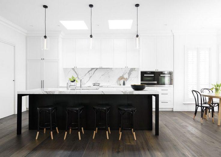 crédence de cuisine en marbre blanc, plan de travail assorti, sol en parquet…