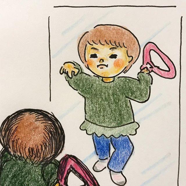 kumaediaryお風呂場で洗濯物干してたら、その傍で一生懸命キメポーズの確認してる人がいた…(持ってるのは子供用ハンガー) #何パターンかやってた#顔が本気#ビシィッ#見てるのがバレるとやめちゃう#キメポーズ#部屋干し#花粉対策#つらい季節 #2歳#2歳5ヶ月#女の子#女の子ママ#姉妹#姉妹ママ#子育て#育児絵日記#ママリ絵日記#モープンイラスト応募#子育てイラスト_コノビー#モレスキン2018/03/01 23:46:36