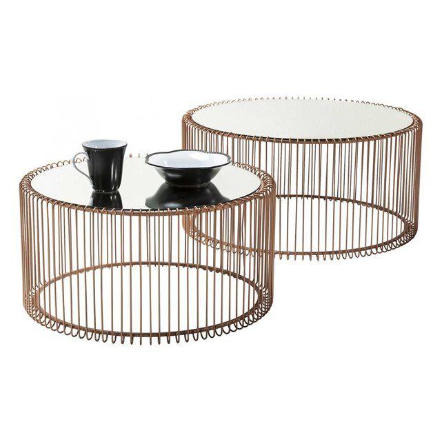 Table basse ronde Wire cuivre 2/set Kare Design KARE DESIGN : prix, avis & notation, livraison.  Cette table basse gigogne offre une touche de douceur à votre salon. Sur un cadre circulaire finement dessiné avec des tiges métalliques minces et cuivrées repose des plateaux en verre teintés noir somptueux et blanc élégant. Une composition moderne et sophistiquée qui apporte légèreté et glamour à votre intérieur. C?est une table basse ronde qui attirera les regards par sa douceur particulière…