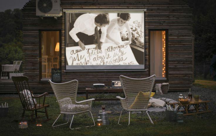 Créez un décor de cinéma en plein air avec des fauteuils confortables et des lanternes